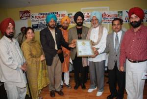 10. Receiving Amrita Pritam Memorial Anter Rashtari Award of Distinction-2007 Gurdial Kanwal, Balbir Sanghera, Vicky Dhillon, Iqbal Ramoowalia, Warya(FILEminimizer)