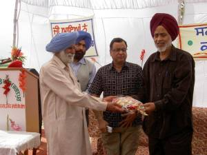 3, Mohinder Dosanjh welcoming Ravinder Ravi - Director Jalandhar TV in the centre - Dosanjh Farm, Jagat Pur - 2006
