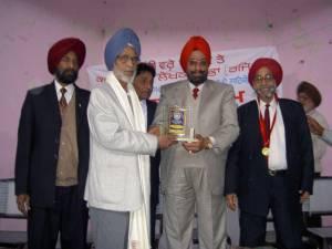 6. Ravi honoured by Kendari Likhari Sabha, at Jalandhar, Jagjit Singh Anand can be seen - 2006(FILEminimizer)